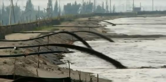 Rejets d'eau polluée par les procédés d'extraction de métaux rares dans un lac en Chine